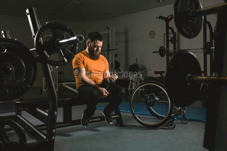 Handicapped man exercising with dumbbellの写真素材 [FYI02244243]