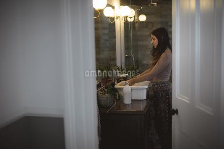 Woman washing her hands in sinkの写真素材 [FYI02244248]