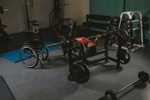 Handicapped man doing chest workout on bench press with barbellの写真素材 [FYI02244254]
