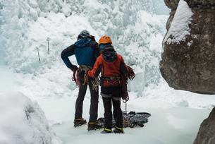 Couple making preparation for ice climbingの写真素材 [FYI02244270]