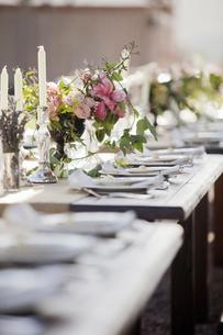 A formal wedding breakfast table with fresh flowersの写真素材 [FYI02244274]