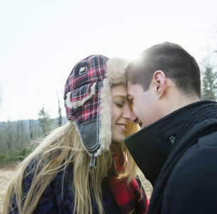 A couple embracing, outdoors on a cold winter day.の写真素材 [FYI02244275]