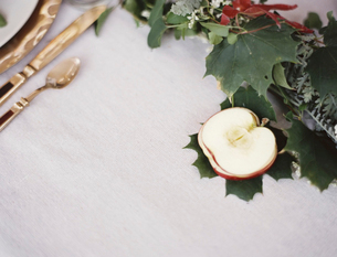 A table top with a white cloth. An apple cut in half.の写真素材 [FYI02244283]