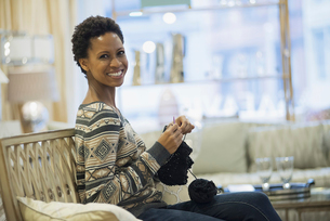 Woman relaxing at home with knittingの写真素材 [FYI02244347]