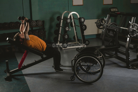 Handicapped man exercising with dumbbellsの写真素材 [FYI02244365]