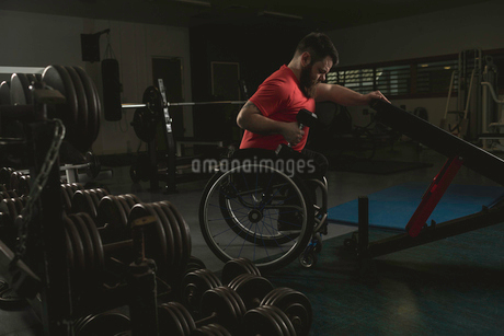 Handicapped man on wheelchair working out with dumbbellの写真素材 [FYI02244393]