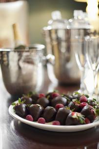 Wedding dessert. Plate of hand-dipped organic strawberriesの写真素材 [FYI02244469]