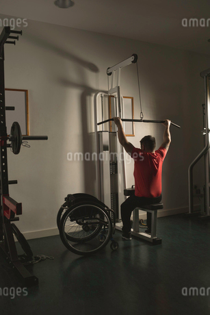 Handicapped man working out lat pulldown trainingの写真素材 [FYI02244548]