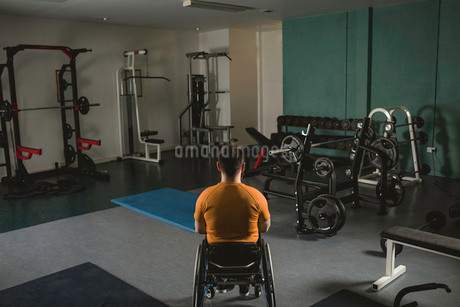 Handicapped man relaxing on wheelchair in gymの写真素材 [FYI02244571]