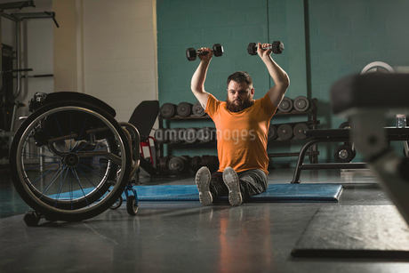 Handicapped man exercising with dumbbellの写真素材 [FYI02244609]