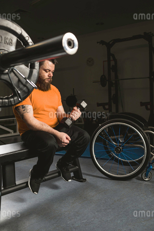 Handicapped man exercising with dumbbellの写真素材 [FYI02244618]