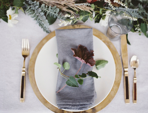 A table top with a white cloth. Foliage table decoration.の写真素材 [FYI02244619]