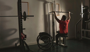 Handicapped man working out lat pulldown trainingの写真素材 [FYI02244624]