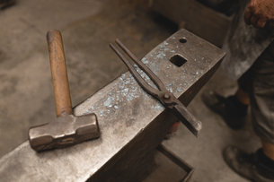 Hammer and pliers on anvil in workshopの写真素材 [FYI02244638]