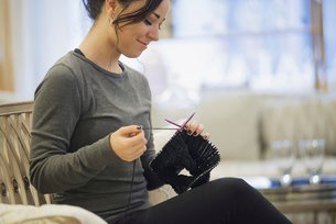 Woman relaxing at home with knittingの写真素材 [FYI02244658]