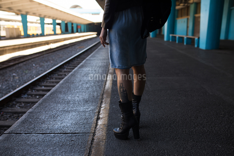 Woman waiting on platform at railway stationの写真素材 [FYI02244701]
