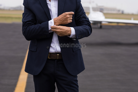 Businessman buttoning his shirt sleeves on a runawayの写真素材 [FYI02244706]
