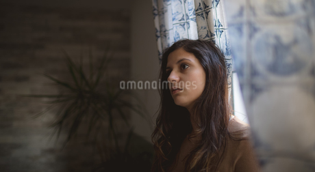 Woman sitting at homeの写真素材 [FYI02244776]