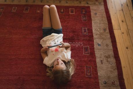Girl using digital tablet in living roomの写真素材 [FYI02244782]