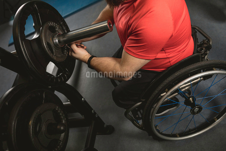 Handicapped man adjusting barbellの写真素材 [FYI02244821]