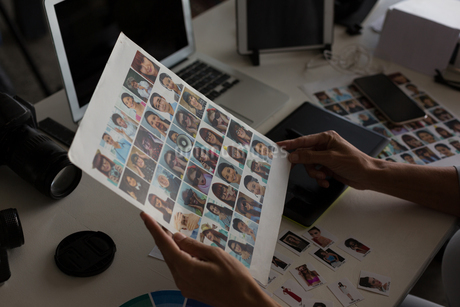 Female graphic designer holding photographの写真素材 [FYI02244894]