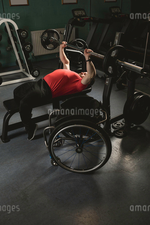 Handicapped man doing chest workout on bench press with barbellの写真素材 [FYI02244921]