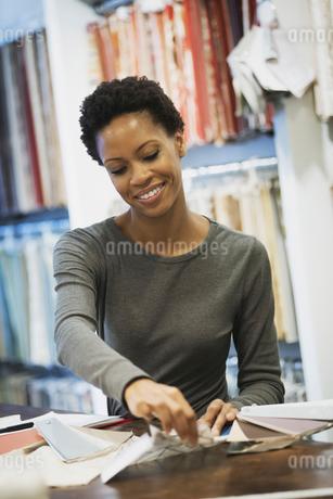 Woman working in design shopの写真素材 [FYI02244930]
