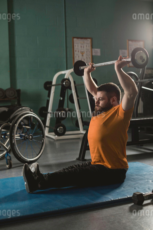Handicapped man exercising with barbellの写真素材 [FYI02244968]