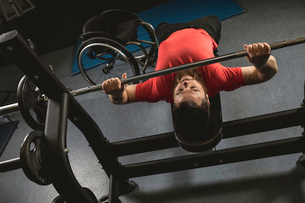 Handicapped man doing chest workout on bench press with barbellの写真素材 [FYI02244987]