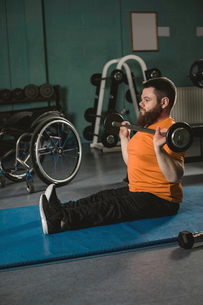 Handicapped man exercising with barbellの写真素材 [FYI02245024]