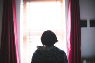 Woman relaxing in bedroom at homeの写真素材 [FYI02245042]