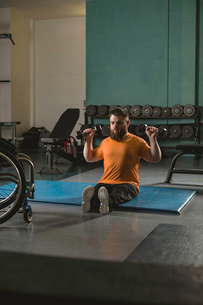 Handicapped man exercising with dumbbellの写真素材 [FYI02245044]