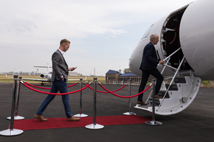 Businesspeople boarding in private jetの写真素材 [FYI02245061]
