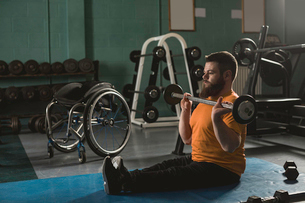 Handicapped man exercising with barbellの写真素材 [FYI02245071]