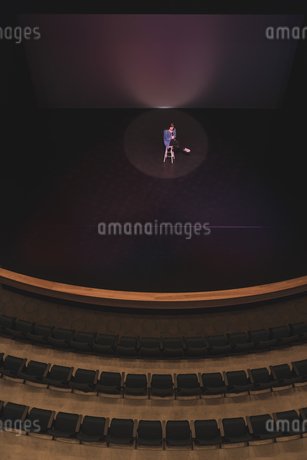 Actress performing acting on stageの写真素材 [FYI02245075]