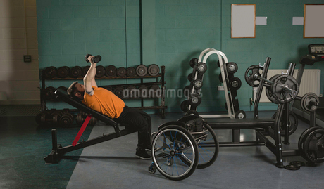Handicapped man exercising with dumbbellsの写真素材 [FYI02245099]