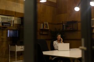 Mature businesswoman talking on mobile phoneの写真素材 [FYI02245102]