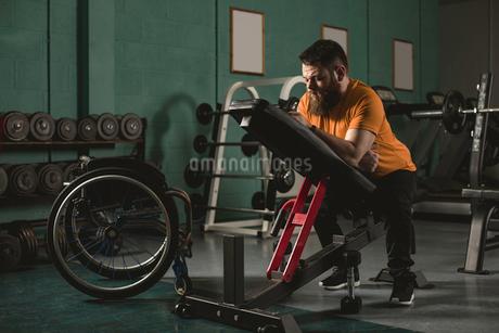 Man sitting on bench pressの写真素材 [FYI02245185]