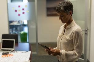 Mature businesswoman using digital tabletの写真素材 [FYI02245191]