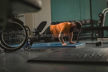 Handicapped man doing pushupsの写真素材 [FYI02245238]