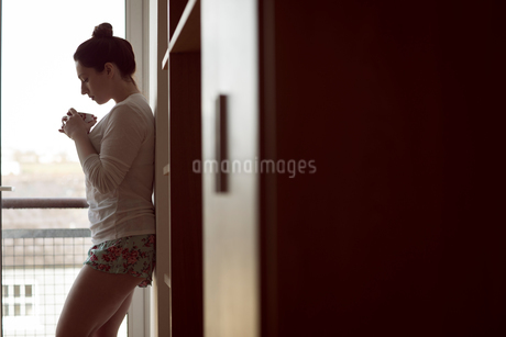 Woman smelling coffee at homeの写真素材 [FYI02245257]