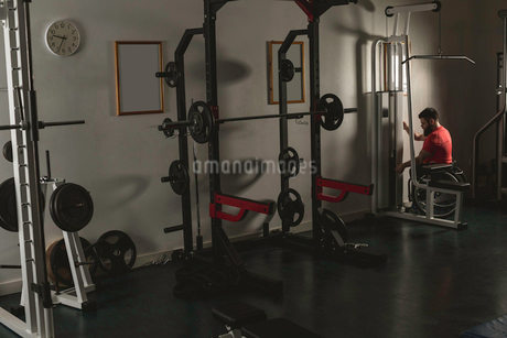 Handicapped man working out lat pulldown trainingの写真素材 [FYI02245279]