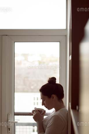Woman smelling coffee at homeの写真素材 [FYI02245349]