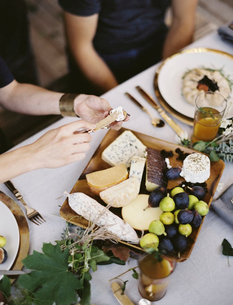 A table laid with a white cloth. An organic cheese boardの写真素材 [FYI02245461]