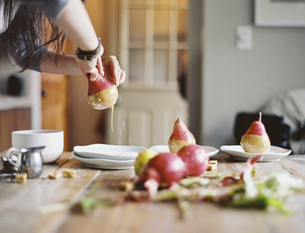 Dipping fresh organic pears into a sauce for dessert.の写真素材 [FYI02245494]