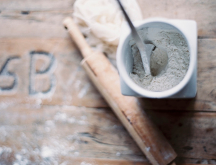 A rolling pin and jar of flour on a worn tabletopの写真素材 [FYI02245616]
