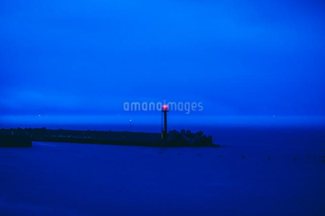 夕刻に灯る灯台の写真素材 [FYI02245728]