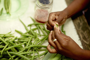 Food. A woman's hands preparing fresh green beans.の写真素材 [FYI02245961]