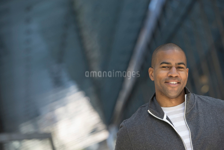 City park. A man in a grey zipped sweatshirt.の写真素材 [FYI02246115]