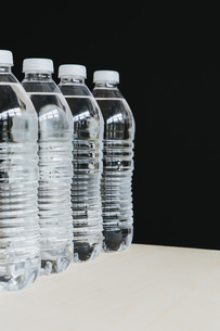 Row of clear, plastic water bottles in a rowの写真素材 [FYI02246232]
